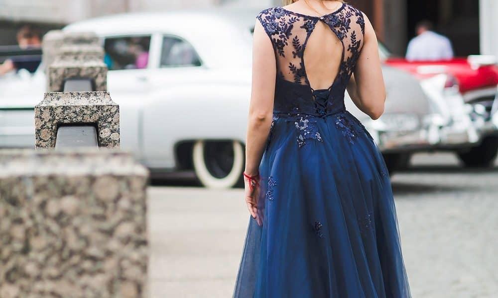 Bridesmaid dressed in a dark blue navy gown.