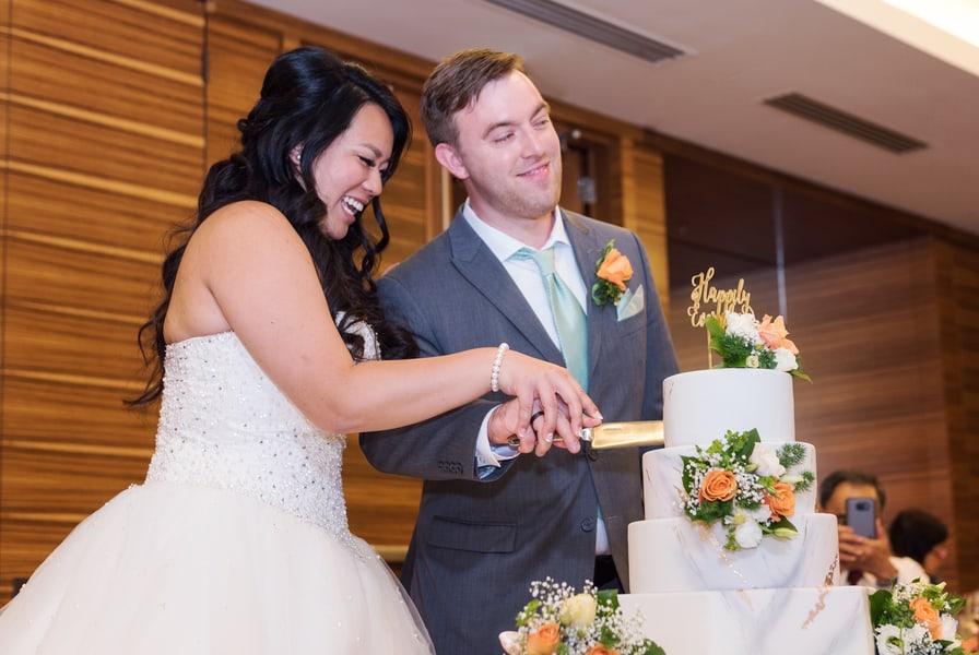 cut the wedding cake