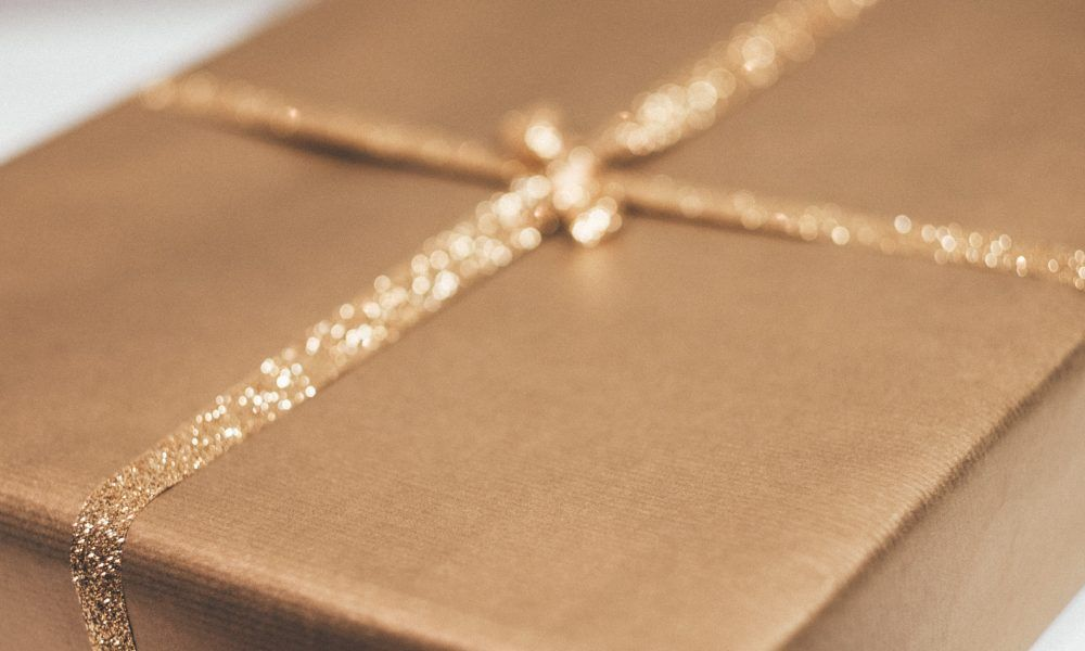 5 Personalised Engagement Gifts That'll Blow Your Mind!